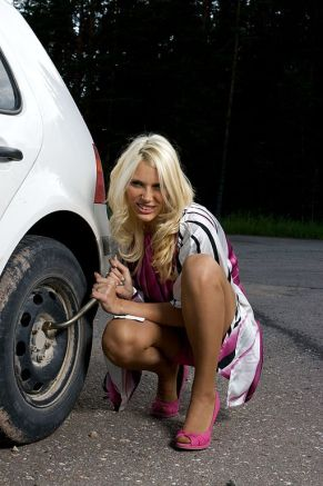 512px-Blond_woman_changing_a_tire